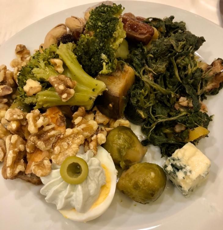 Brocolis, œufs durs, fruits secs, fromage bleu et olives pour petit-déjeuner